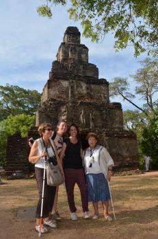 Genevieve, Juliette, Gaëlle et Francisca devant un temple