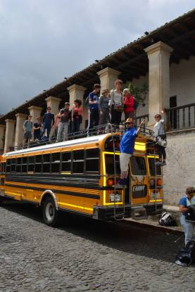 photo de groupe sur le toit du bus
