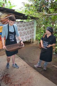 photo d'Adrien à l'atelier du chocolat (à gauche) (Guatemala, 2016)