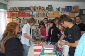 """Les membres de l'association ont apportés des livres pour enfants en espagnol, dans une école d'un quartier défavorisé en banlieue de Buenos Aires (livres offerts par l'éditeur: """"Lire c'est partir"""")"""