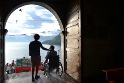 silhouettes de Laurent et Tanguy à la sortie d'une église
