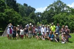 photo de groupe au milieu des temples mayas
