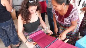photo d'Emma à l'atelier de tissage du Guatemala