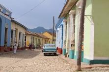 paysage cubain, vieille voiture dans une rue colorée
