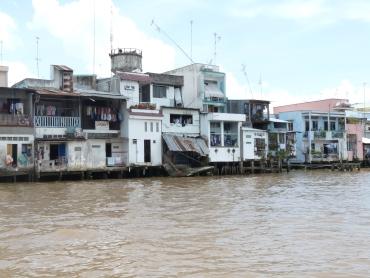 maisons vietnamiennes au bord de l'eau