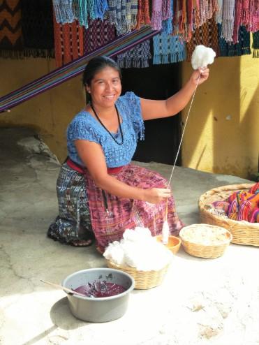 femme maya tissant