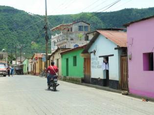 village guatémaltèque et ses maisons colorées