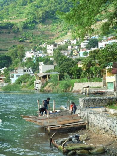 village guatémaltèque au bord de l'eau
