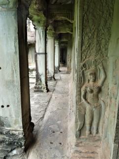 sculptures de déesses sur le temple d'Angkor Wat