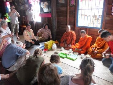bénédiction de bonzes au village lacustre de Kompong Khleang