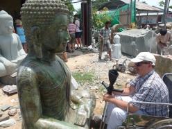 Tanguy face à une statue de marbre de Buddha