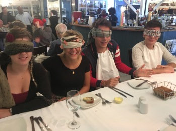 Anais, Clément, Valentin et Ophélie les yeux bandés lors du repas à l'aveugle pour tous