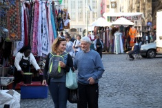 Edouard et Cindy au marché artisanal