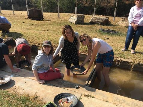 Marion, Cindy et Ophélie cherchant de l'or