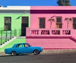 maisons colorés avec vieille voiture bleue au premier plan