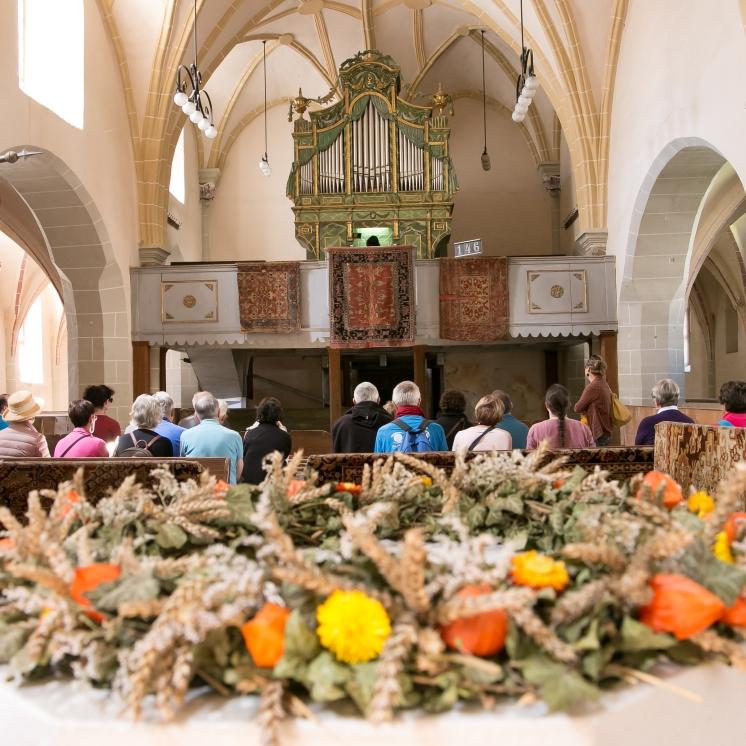 écoute d'un concert d'orgue dans l'église fortifiée d'Harman