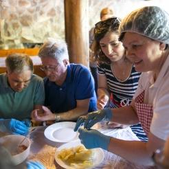 cours de cuisine : fabrication d'une spécialité culinaire roumaine, le sarmale (feuilles de choux farcies à la viande).