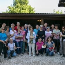 cours de cuisine : photo de groupe des 25 cuisiniers et cuisinières qui présentent les sarmales fabriqués. Bonne dégustation !