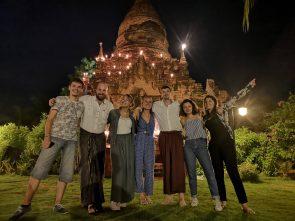 Clément, Xavier, Ophélie, Marjorie, Julien, Amandine, Camille lors du dîner au milieu de temples