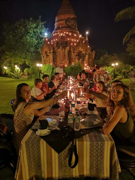 photo de la tablée lors du dîner au milieu de temples birmans