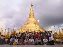 photo de groupe sous le temple Shwedagon