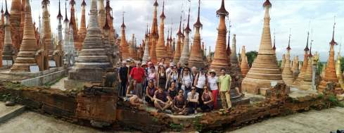 photo de groupe au milieu des temples