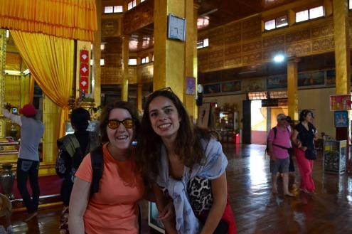 Marion et Justine dans un temple birman