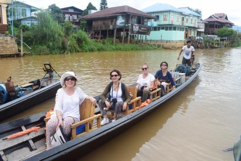 Anne-Marie, Patricia, Marjorie et Fatim sur une pirogue