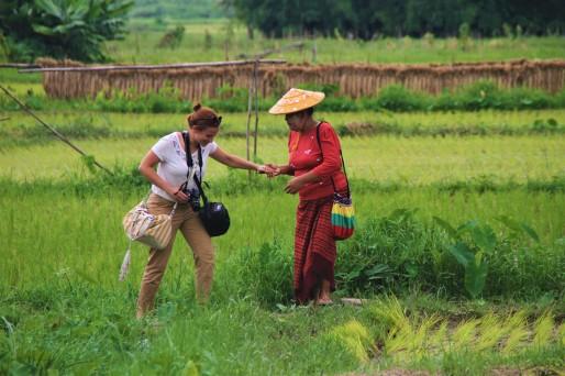 cindy qui se fait aider par une birmane dans les rizières
