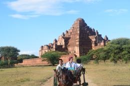 binôme en calèche à Bagan