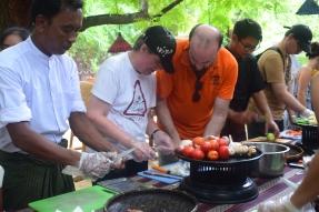 Xavier et Laurence à l'atelier de cuisine birmane