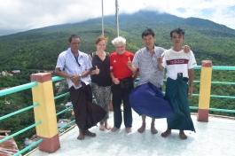 Edouard et Cindy avec les birmans en haut du mont Popa