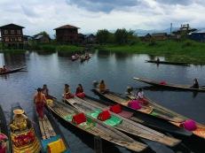Ensemble de canoes sur le lac Inle_