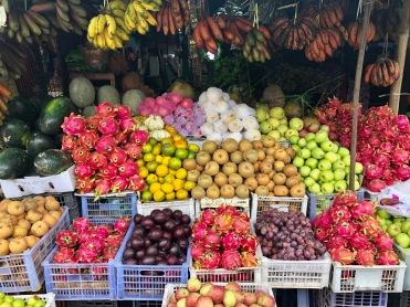 Etale de fruits exotiques aux abords du marché