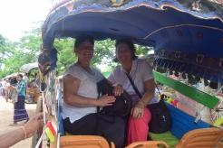 Marie-Claude et Cécile dans une calèche