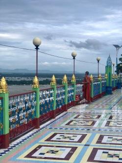 Moine sur la rembarde surplombant la colline de Mandalay