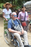 Tanguy entouré de deux jeunes dames birmanes