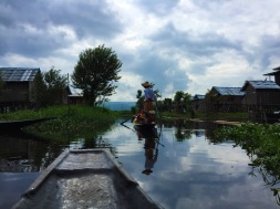 Vue sur un pirogier ramant à la jambe sur le lac Inle